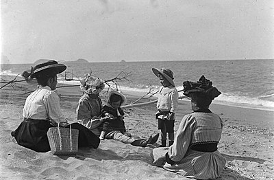 P16888 Taylor family at Trinity Beach. Undated. Double Island is in the distance