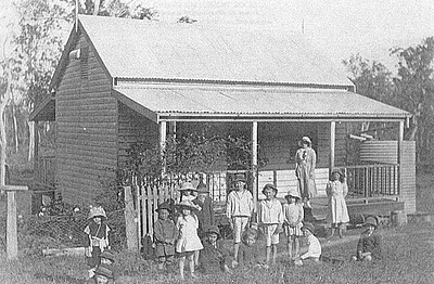 P09075 Children and teacher at Nyleta school between Atherton and Herberton c1918, including Kootoofa children